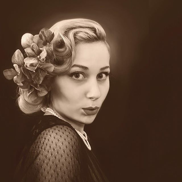 Introducing one of the stunning new additions to the Belladonna team, Berdie Belladonna 💋 #vintage #vintagehair #vintagemakeup #vintagestyle #singer #jazz #eventprof #thebelladonnabrigade #band #1940s #trio #victoryrolls