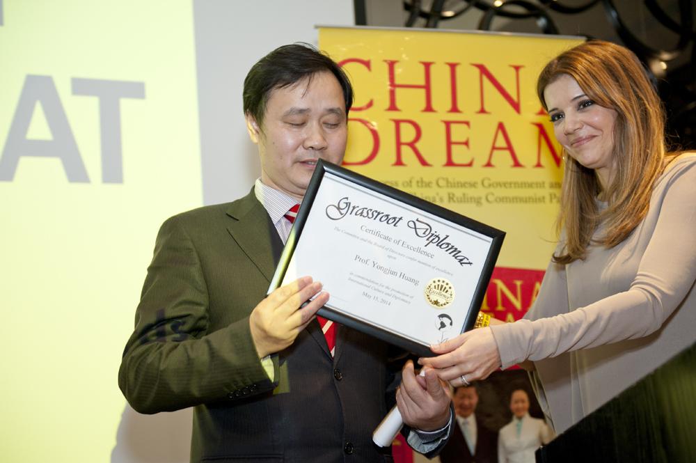 Dr Linda Papadopoulos presenting award to Prof. Yongjun Huang