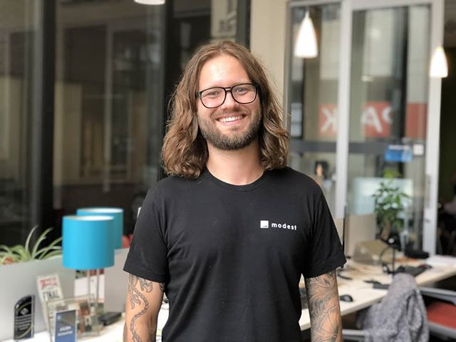 A new week calls for a new #Gravi-Member Spotlight! 😎 Derek Brooks is a RAD Software Engineer for Venmo (by way of Paypal) who lives a very full and adventurous life! 🎉 Head on over to the link in our bio to read more about this groovy Gravitater!! 🔥#coworkingdsm #coworking #gravitatedsm