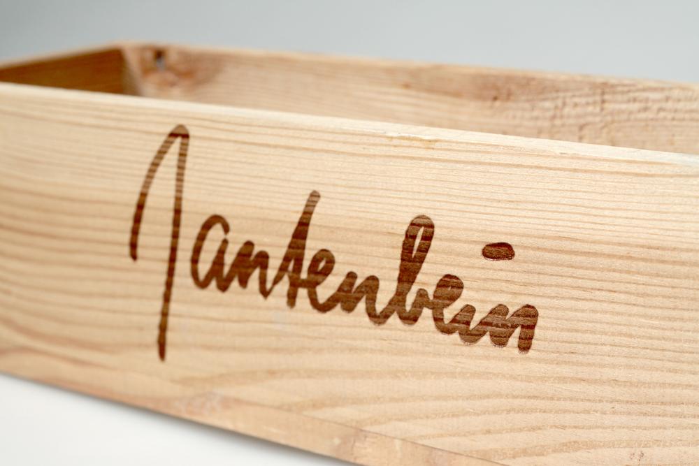 Holzkiste mit Branddruck