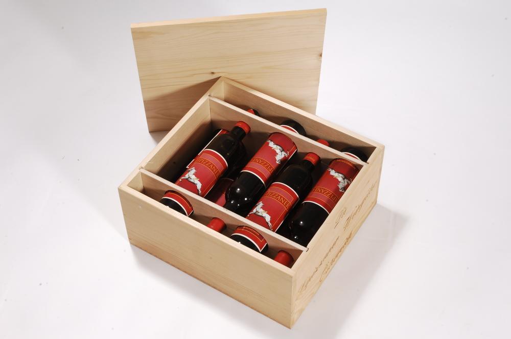 Weinverpackung mit Flaschenhalterung in Nut