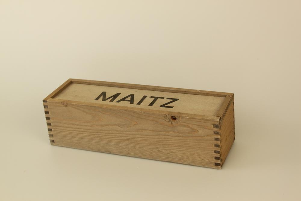 Weinkiste für eine Flasche mit Schiebedeckel. Gezinkte Kiste gebeizt, mit Siebdruck aus Kiefer Massivholz.