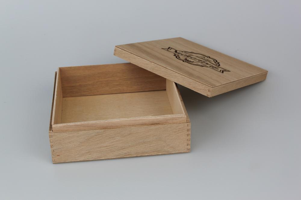 Tortenkiste aus Okoumesperrholz mit Stülpdeckel. Gezinkt, mit Branddruck am Deckel außen.