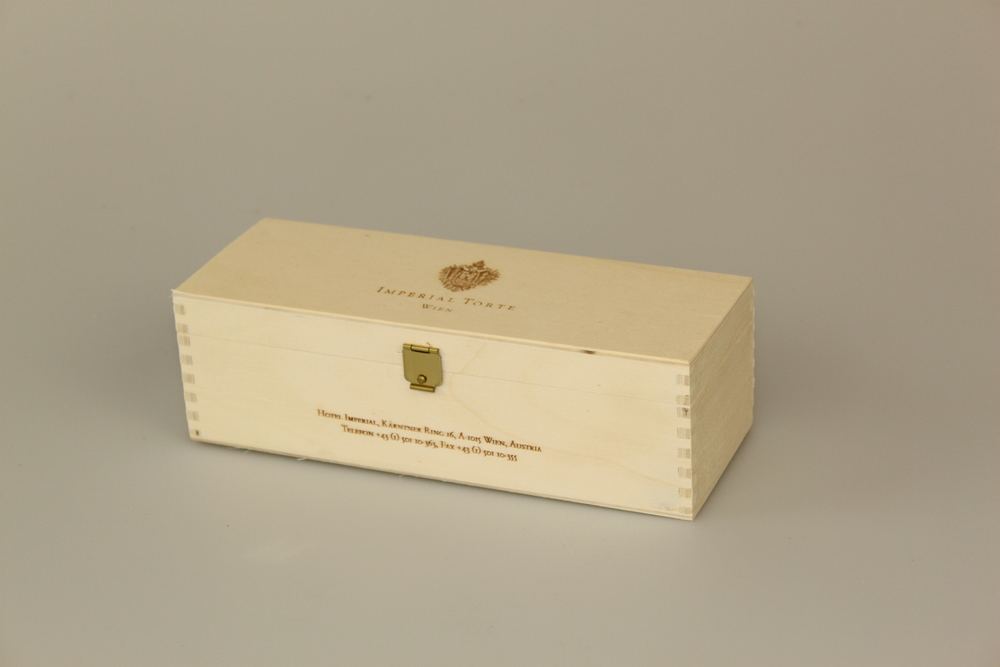 Tortenverpackung aus Pappelsperrholz mit Branddruck am Deckel außen und Lasergravur. Gezinkte Eckverbindung und Klappdeckel.