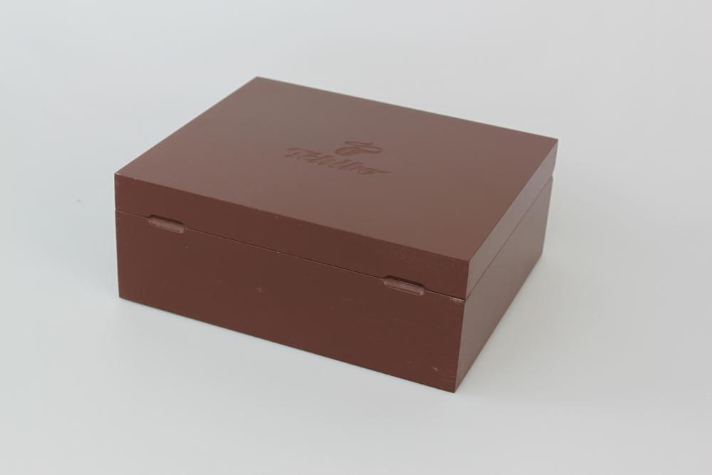 Holzkiste aus MDF lackiert mit Blindlasergravur. Klappdeckel mit Grifffräsungen, Magnetverschluss und Einsteckscharnieren.
