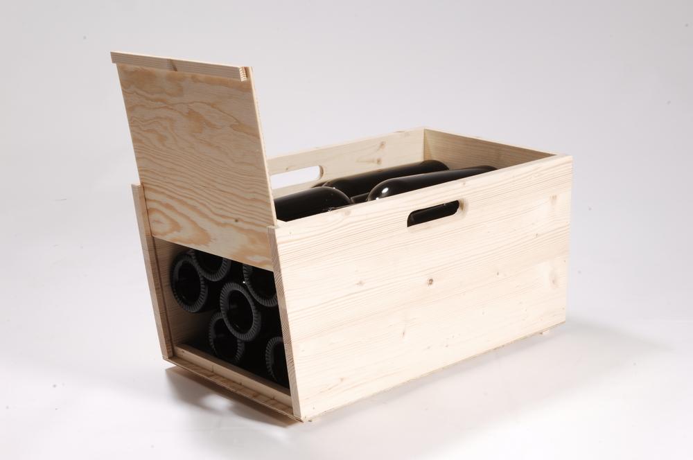 Weinlagerkiste aus Kiefer Massivholz, ohne Deckel, mit Front zum Aufschieben. Mit gefrästen Tragegriffen.