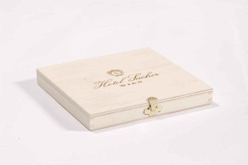 Tortenverpackung mit flachem Klappdeckel, gezinkt, aus Pappelsperrholz mit Branddruck.