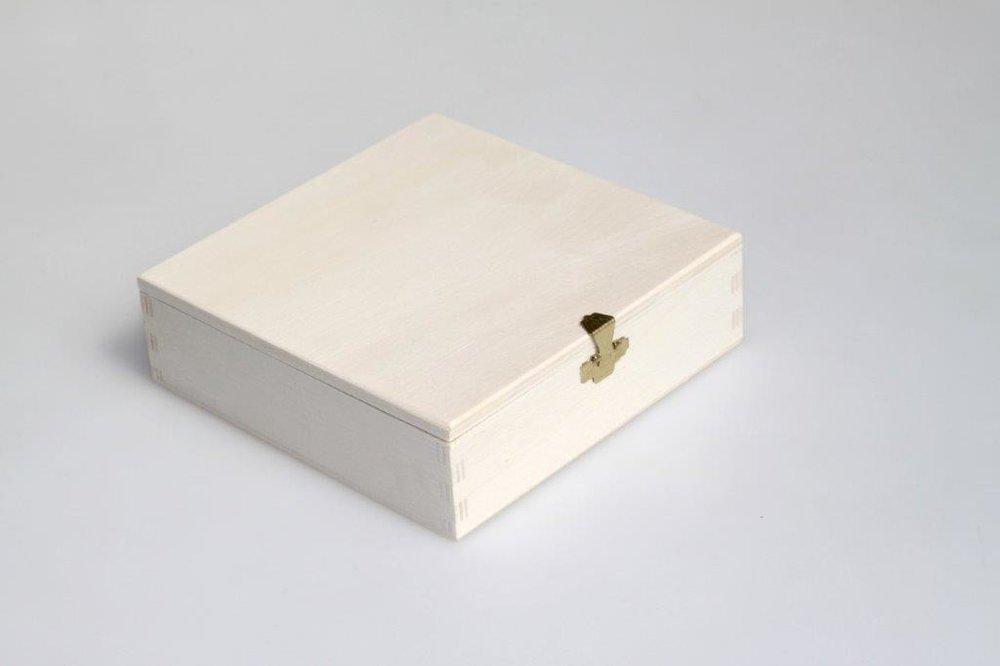 - Holzkiste mit flachem Klappdeckel und entsprechendem vermessingten Verschluss (gold)