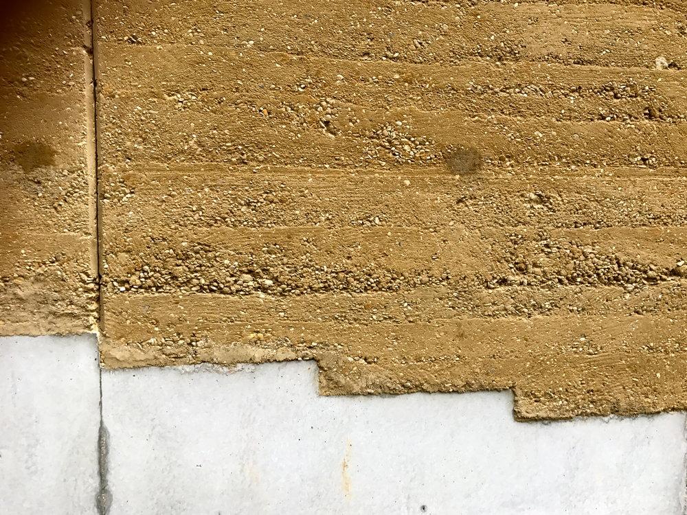Détail d'un mur en Pisé avant le grattage