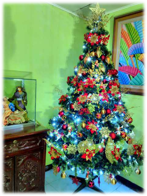 A complete traditional set of Christmas tree, lights and the Nativity scene.png