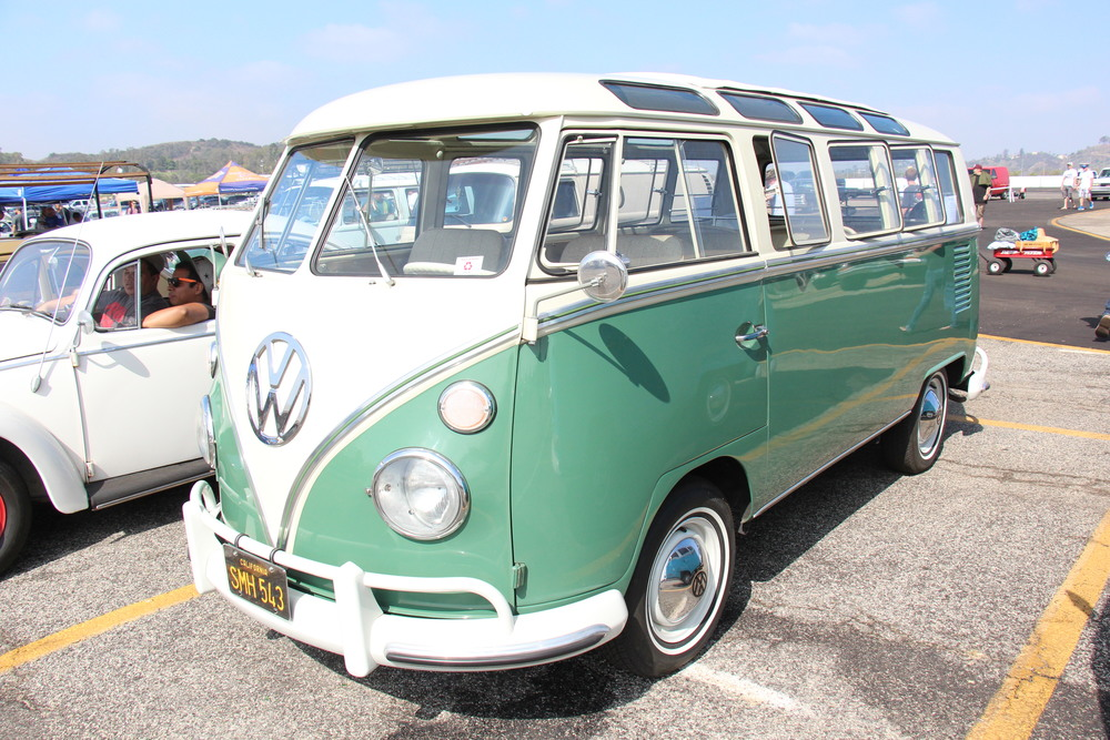 By Sicnag (1966 Volkswagen Type 2 T1 Deluxe Microbus) [CC BY 2.0 (http://creativecommons.org/licenses/by/2.0)], via  Wikimedia Commons .