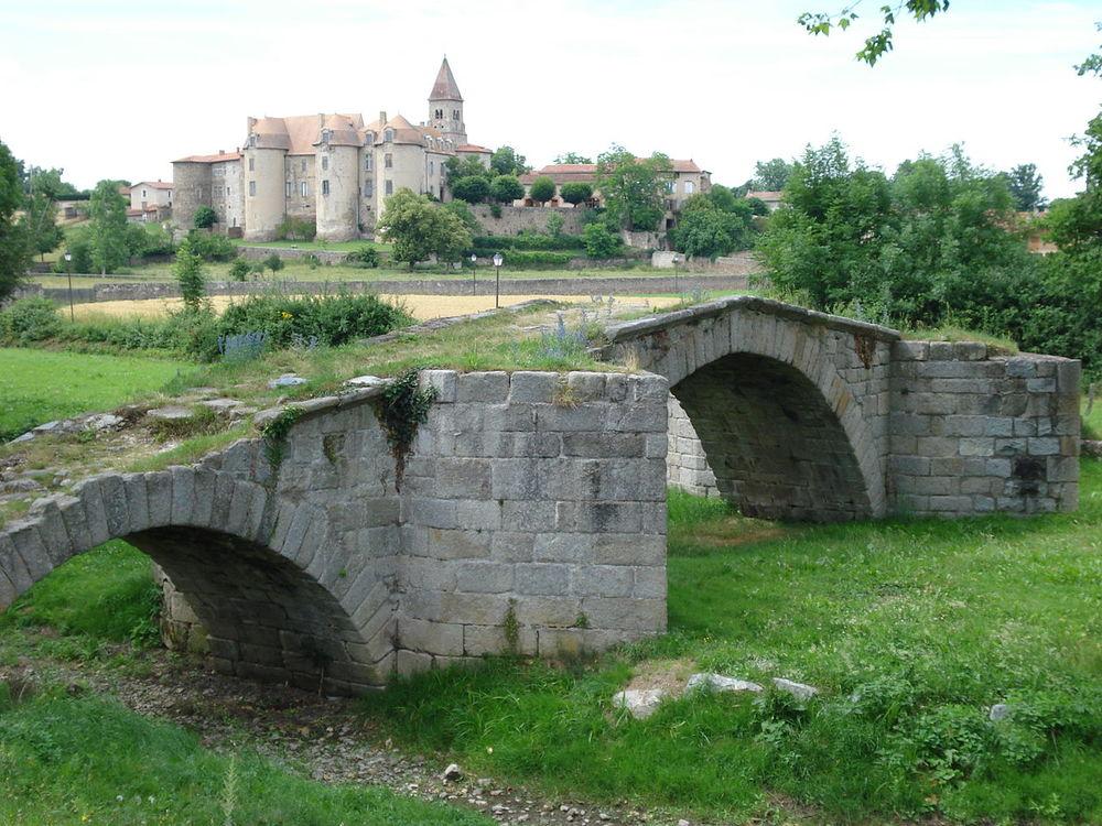 1280px-Pommiers_(Loire,_Fr),_ancien_pont_et_abbaye.JPG