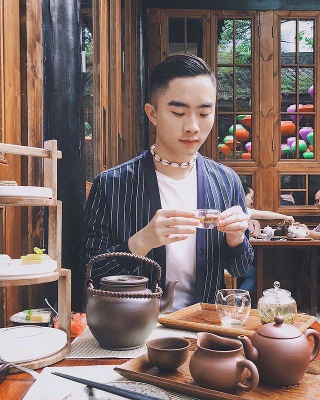 2018: 18/10 Taking a moment to sample tea at the Mi Xun teahouse @templehousecdu . Amongst the hustle and bustle of #Chengdu , it was great to be able to take a moment to unwind. I've never believed in doing every single thing when travelling, especially when on time constraints, and it's places like this that can allow you to refuel and keep going.