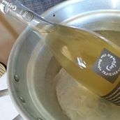 This is a natural, unfiltered sparkling prosecco wine of great personality. Certified organic. Very intense and persistent nose with notes of apples, pears and candied citrus fruits. On the palate it translates into a complex and lingering after-taste. With biscuits and yeasty flavours this wine shows an excellent freshness and minerality which contribute to its full taste.