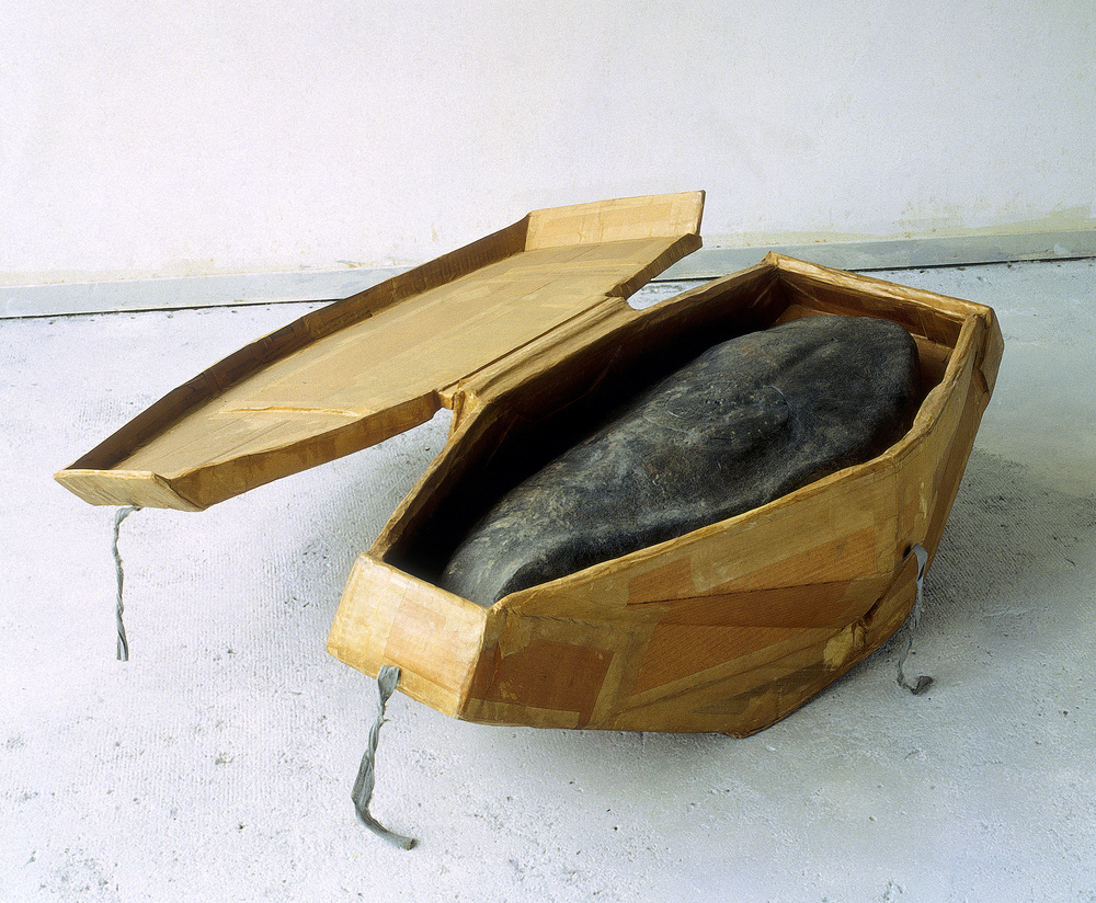 Untitled 1988 - 1989, Newspaper, inorganic household waste, wax, cardboard, cotton, bone glue. 32 x 100 x 103 cm. Photo: D. Mackaay.