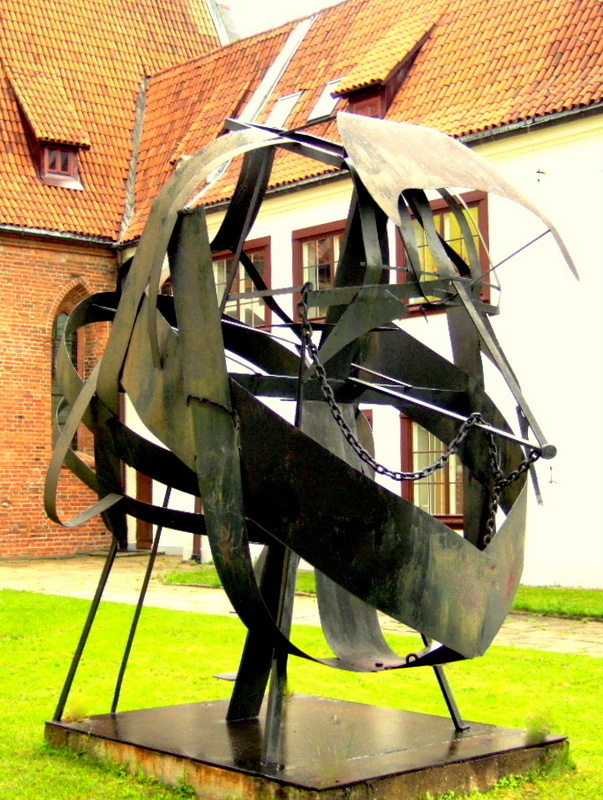 Untitled 1986, Sheet metal scrap, realized with help of Zamech steel workers, Elblag, Poland. 400 x 200 x 200 cm. Academy Warszawa meets Academy Kampen/Rotterdam. Mentors: Ryszard Winiarski & Ewerdt Hilgemann. Photo: H. Weingartz