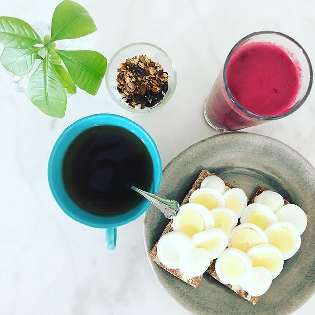 Breakfast - best meal of the day! 🙌🏼 I'm trying to do my own juice as often as I can this time of the year. Beetroot, carrot, apple, lime and ginger is my favorite. What's yours? 🍎🥕🍈 #breakfast #healthyfood #healt #feelgood #begood #power #powerfood #fruit #chiropractor #chiropractic #kiropraktor #kiropraktik #training #exercise #workout #goals #motivation #justdoit #results #fitness #wellness #body #strong #sweden #stockholm #kungsholmen