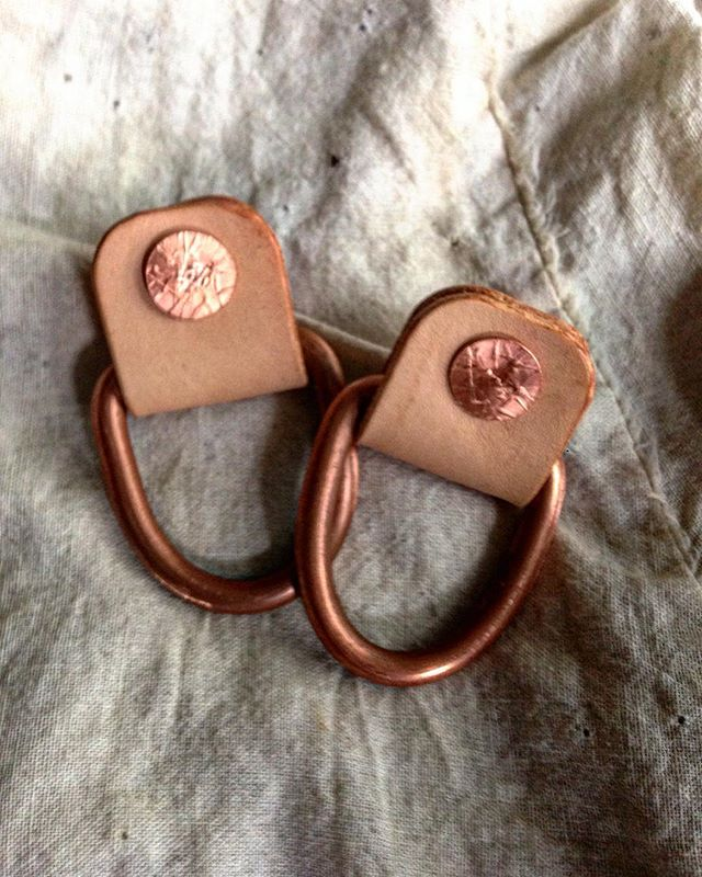 So, @fellowshipofkindreds has me up in here making tote bags...says she wants a couple of D-rings in 'em so the ladies can have a place to hang their what-nots, and such. The particular bag I'm working on has copper rivets (43 to be exact, but who's counting?), so she says she wants copper D-rings. I tell her, 'I've never found a place that sells solid copper D-rings...she may be out there, but I ain't found 'er.' Then, her being my wife and all, comes back with the ultimate dagger...'If you would like to continue to have delicious meals prepared for you, I suggest you come up with a solution.' Fast forward to the present. I'm sitting here at the shop on this rainy South Texas day kinda feeling sorry for myself because I ain't got me no copper D-rings, then I say to myself, 'What would that ol' so-and-so @breclaimed do?' I take a good look around and see some 4AWG wire rolled up, hanging on a shelf. The next thing you know...I'm getting dinner tonight.  What's the moral of the rambling story? Actually, there's 3. #1 I hate to cook, but I love to eat. #2 @breclaimed don't whine about it, he just makes it happen. #3 My wife always gets what she wants.  #ifmamaainthappyaintnobodyhappy #fellowshipofkindreds #kindreds #breclaimed #copperdrings #copper #drings #leather #totebag #leathertotebag #madeintexas #madeinusa #madeinamerica #handmade
