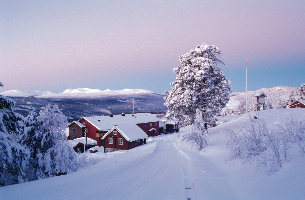 Ruten Fjellstue vinter 2002 m flagg lysna hus.jpg