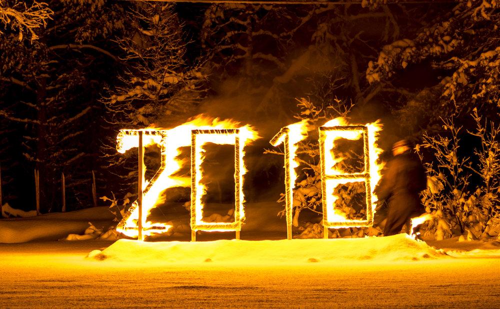 Fyrverkeri og brennende årstall når klokken slår midnatt!