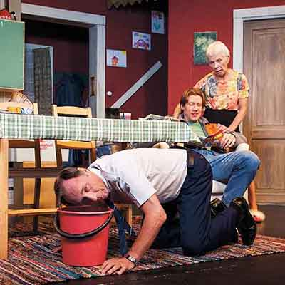 Perhe on koossa taas! 90-luvun kotimainen menestyssarja Kyllä isä osaa viimein teatterissa. 16.–19.3.2016 | Osta liput >> Lue lisää >>