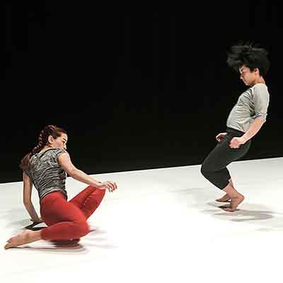 Ranskassa kovassa nosteessa oleva Yuval Pick sekä tanssin voimahahmoksi Luxemburgissa kohonnut Anu Sistonen tuovat tuulahduksen Keski-Euroopan tanssivirtauksista palkituilla teoksillaan! Estetiikaltaan vastakkaisia maailmoja yhdistää toisiinsa elävän musiikin ja liikkeen toisiaan ruokkiva liitto. Lue lisää >>