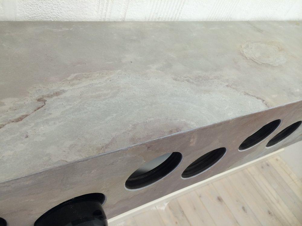 portabottiglie rivestito con piallaccio pietra