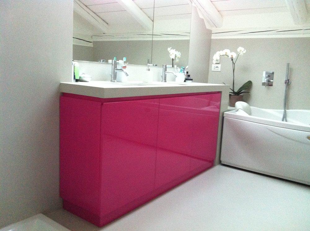 bagno laccato con top in resina