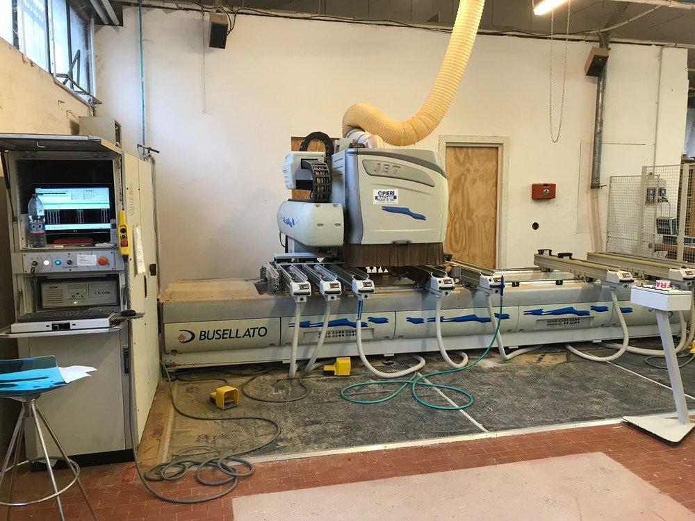 Tecnologie - Maestria artigianale affiancata dalla più moderna tecnologia, lavorazione cnc a 4 assi, fino a 4200mm progettazione cad/cam con software microstation e progenio.