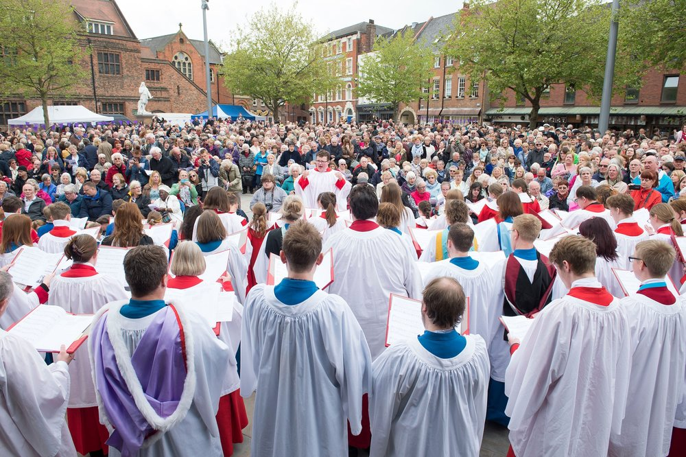 An estimated 3,000 people enjoy the Hull Minster Choir during an historic occasion for the church and the city of Hull.