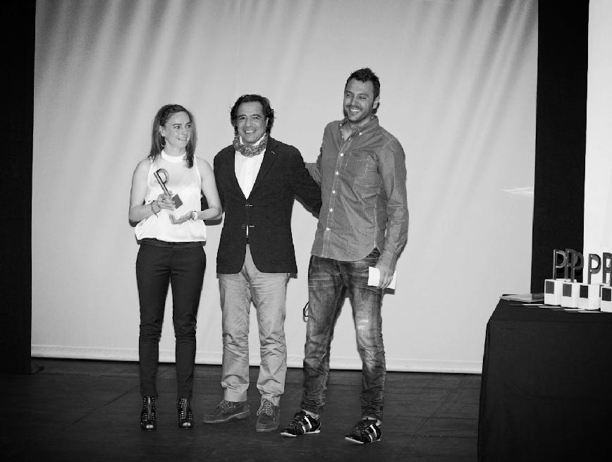 Ana Mª Hernández y Félix Rodríguez recibiendo uno de los premios.