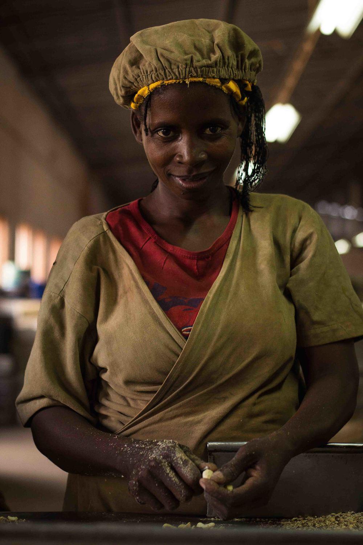 Anchilo district, Nampula province  – A woman that works in the peeling section of the Condor Nuts factory |  Uma mulher que trabalha na secção da despeliculagem na fábrica da Condor Nuts
