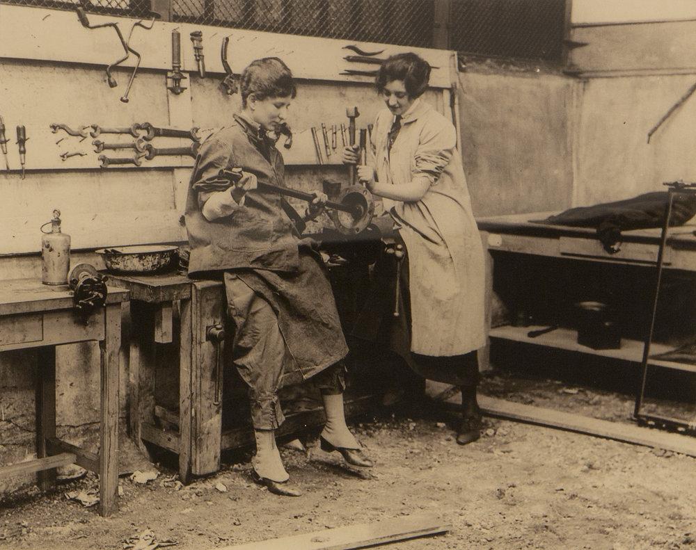 Miss Hughes and Miss Wilde, drivers Anizy-le-Château, ca. 1919. Sulfur-toned silver print Franco-American Museum, Château de Blérancourt