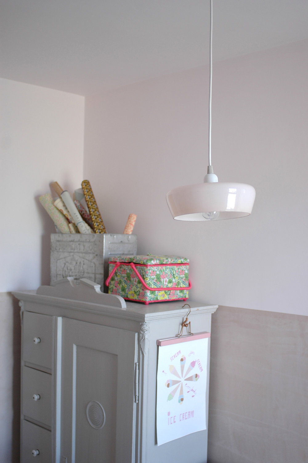 Vintage pendant light : V Interior /  Vintage cupboard : Goose Home & Garden