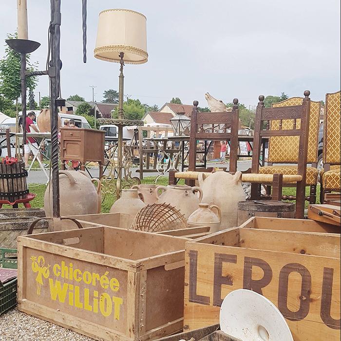 flea market browsing in France