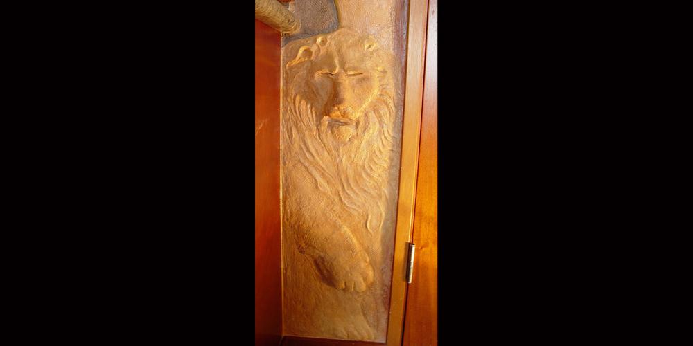 Leone porta relief.jpg