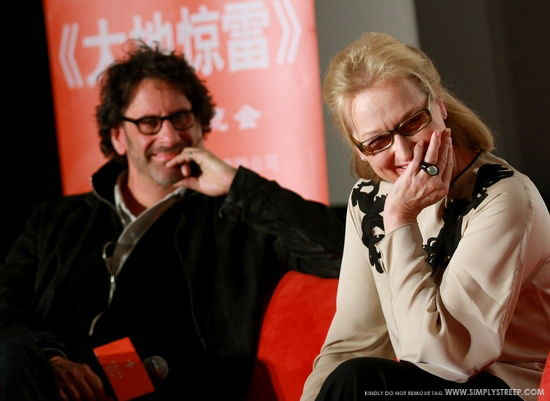 Meryl Streep wearing our clasic signet ring