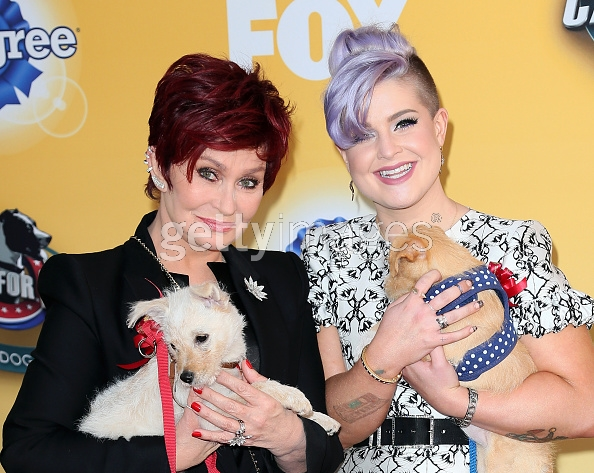 Kelly Osbourne wearing claw bracelet!