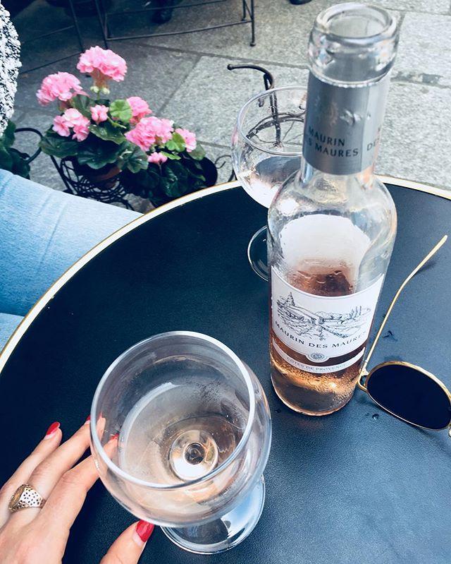 Rosè Pit Stop 🌷🍷🌹 with @carmencrommelin . . . . . . #parisonfoot #rosè #shakespearandco #daysinfrance