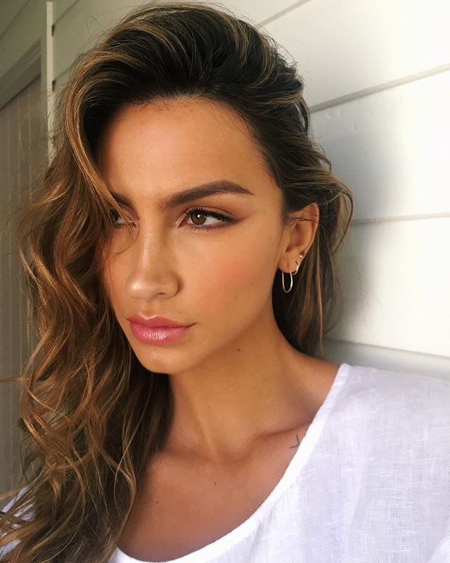 Chocolate Winged Liner 🍩 Using a combo of @eyeofhoruscosmetics #numbianbrown & #bronzeamulet pencils to create this look on gorgeous @alanatavares_  for @ridleycollections campaign shoot! #eyeofhorus #makeup #bts #bronze #ridley #makeuplook #byronbay #hairstylist #lovekevinmurphy #beachwaves @chic_brisbane #chicmodels