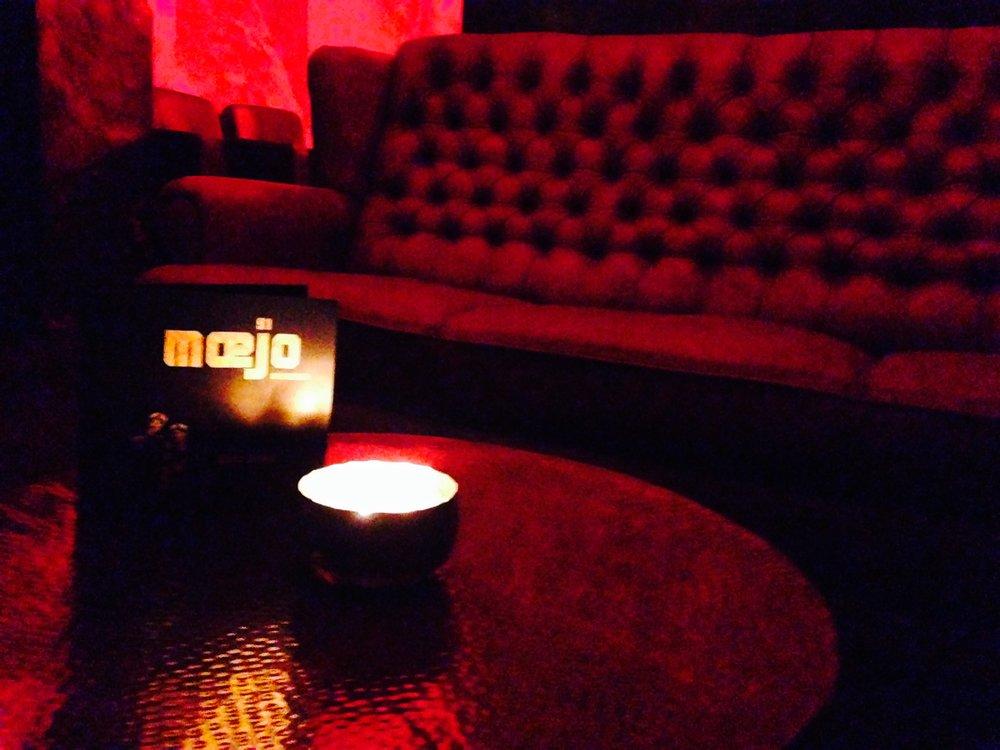 Table Booking - Natürlich kann man im mœjo91münchen auch nur einzelne Tische reservieren. Im Sommer haben wir auch einen für alle Gäste zugänglichen Aussenbereich.Wir möchten allerdings keine Bar sein, in der spontane Nachtschwärmer vor leeren reservierten Plätzen stehen müssen; deshalb reservieren wir im mœjo91 von Oktober - Mai nur auf 20:00 Uhr. Nach diesem Zeitpunkt kann die Reservierung leider nicht mehr garantiert werden.Du möchtest gerne erst später zu uns in die Bar kommen? Gegen Abnahme eines Getränkepaketes oder eines Mindestwertes von 200€ kannst du für kleine Gruppen bis 6pax auf spätestens 24 Uhr bei uns reservieren. Wir finden dann noch ein schönes Platzerl für dich & deine Freunde (Bar or StandingArea/ wenn verfügbar).