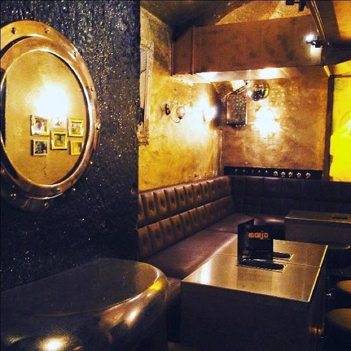 The Gold Room - People up to 45paxDas GoldRoom ist das HerzStück des mœjo. Es ist ganz in Gold gehalten, mit original bayrischen Kristalllampen beleuchtet und von den Wänden thronen König Ludwig & Kaiser Franz. Schwere lederne LoungeMöbel, sowie einige Barstühle mit speziellen Stehtischen, schmücken diese Area. Spontane Besucher können sich an aus einem StripperPole konstruierten Stehtisch einfinden. Hier kannst du mit deinen Freunden anfangs unter euch sein und am fortgeschrittenen Abend zusammen mit anderen feschen Madln & Buam trinken und anbandeln...Man kann das GoldRoom auch zusammen mit dem RedRoom kombinieren und so das Fassungsvermögen erhöhen.Bei FußballEvents kannst du hier zusammen mit anderen die Spiele auf einer großen Leinwand in TopFullHDQualität schauen.