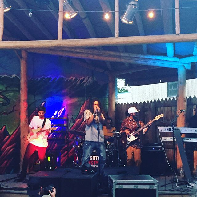 This band was singing about my mom for some reason 🇯🇲🎼#maryjane #tuesdaynightspecial @jayfelay @mightymystic