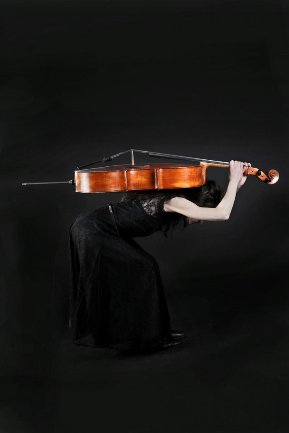 Emily Kocken met haar cello. Foto door Petra van Velzen
