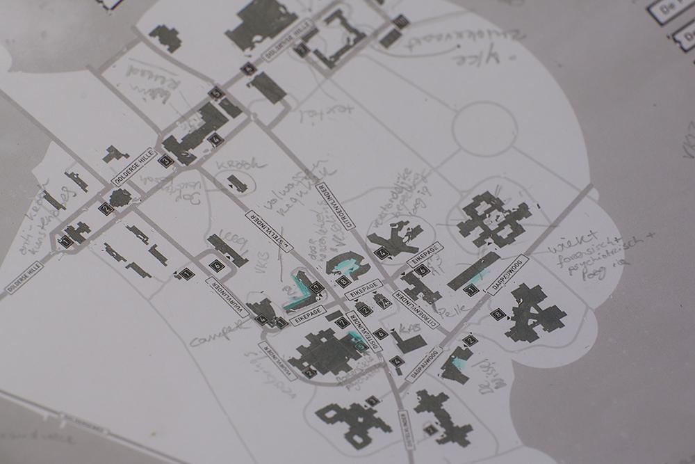 Mijn plattegrond van de Willem Arntsz Hoeve, gevuld met aantekeningen en markeringen.