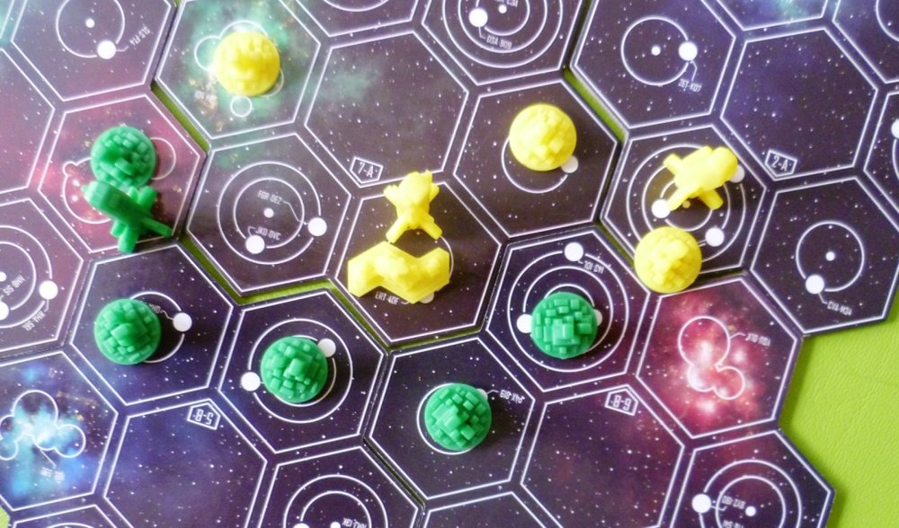 Small Star Empires in play, yellows trade centre scoring 1 for the star system and an extra 3 for the green pieces next to it.