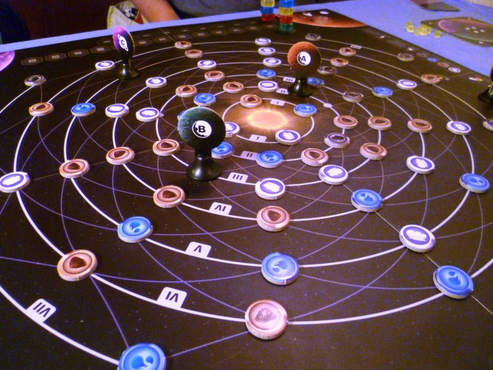 Planetarium at game-start. The lines show permitted paths of movement. The iconography can catch people out in their first game, after that it all becomes second nature.