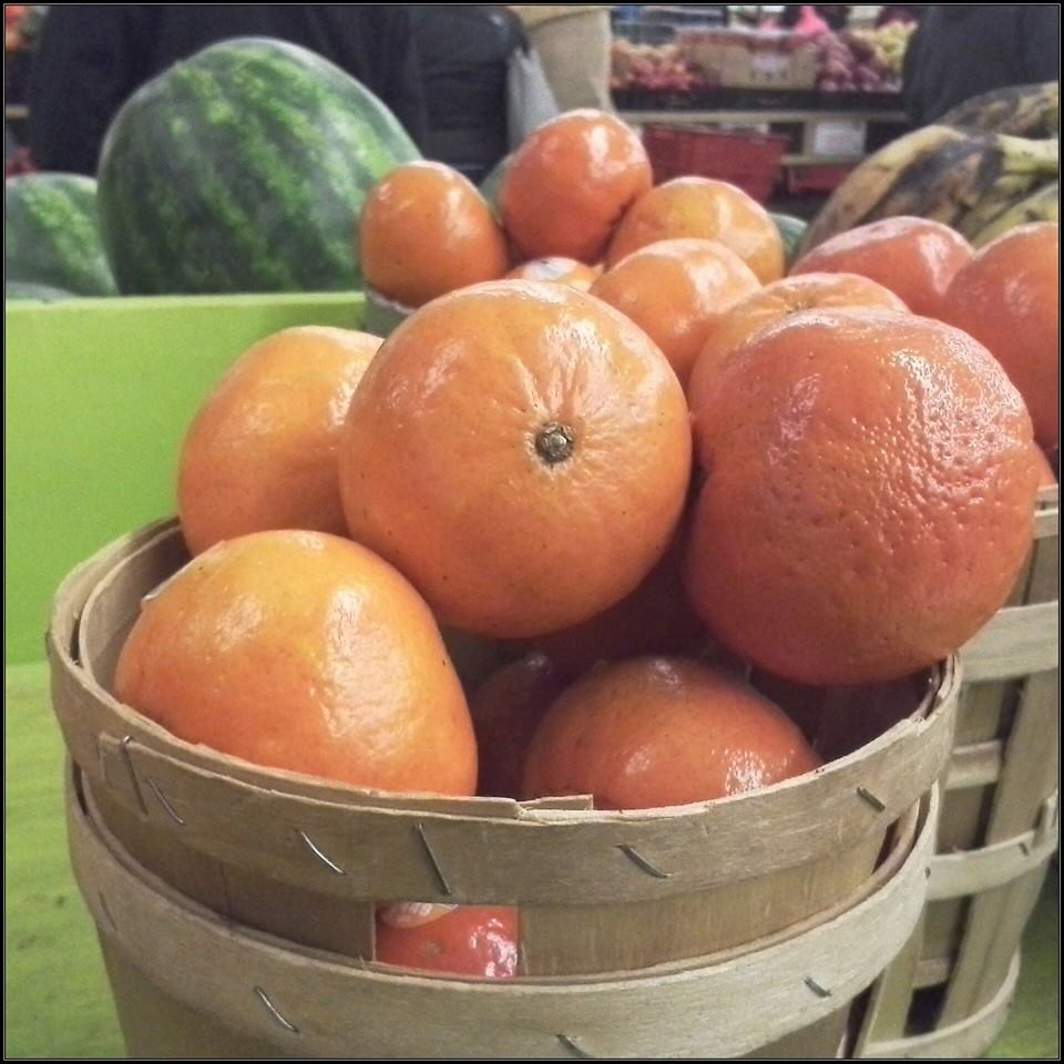 I think these are clementines from the farmer's market. Correct me if I'm wrong... (11/365)