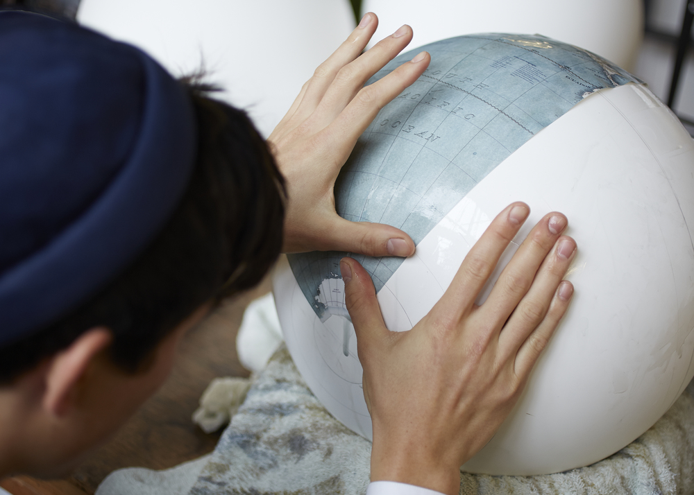Q+A/ GLOBAL FOOTPRINT Bellerby & Co Globemakers is a London based bespoke service that creates meticulously hand crafted globes with traditional techniques and innovative design.