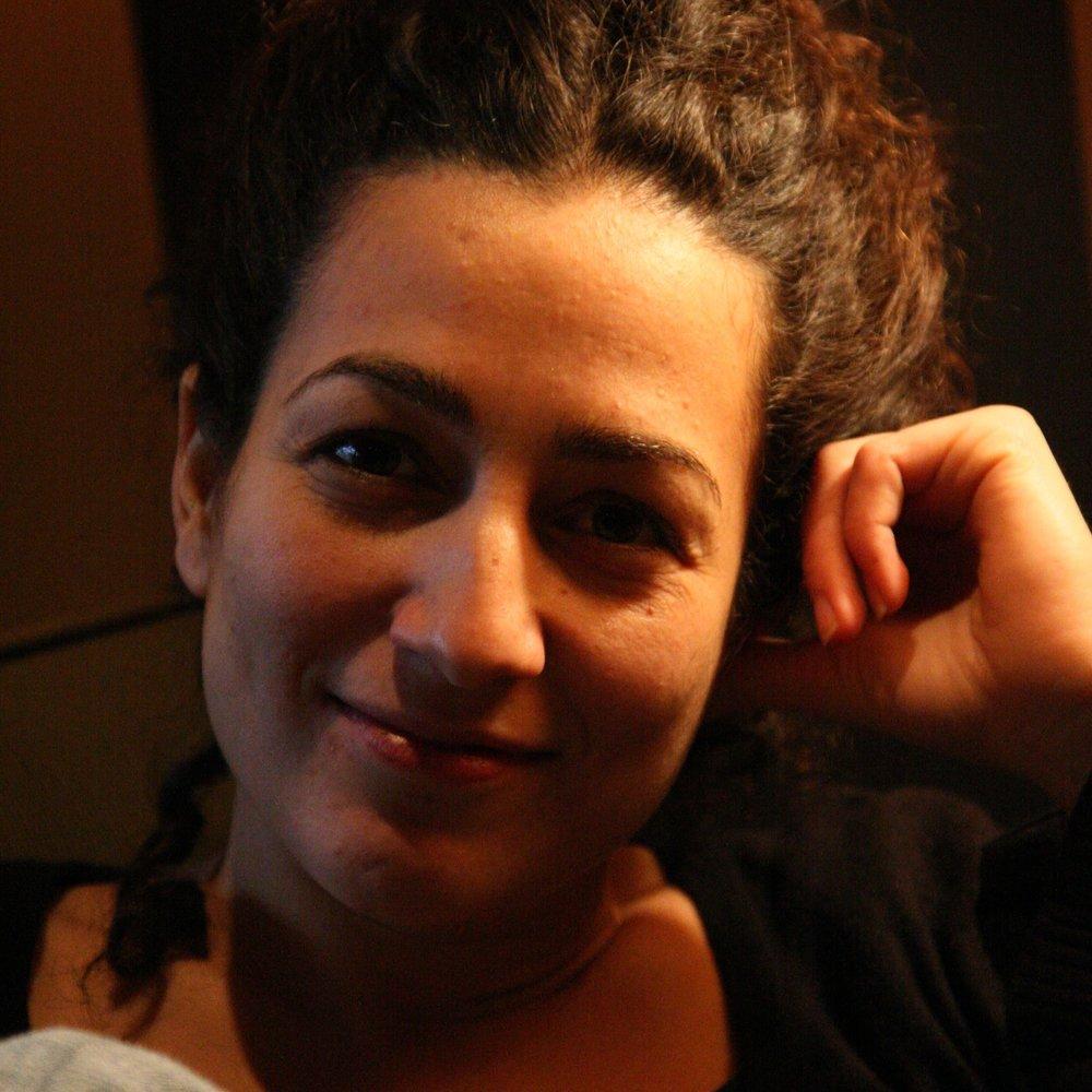 """NOELLE SORBARA Noelle Sorbara est impliquée, depuis plusieurs années, au sein d'organisations axées sur les jeunes. Elle est la co-fondatrice du festival international de musique Pop Montréal dont elle était la productrice exécutive de 2002 à 2007 et la présidente du conseil d'administrationl de 2005 à 2012. Noelle a complété son diplôme en droit à l'Université McGill en 2010. Elle travaille présentement, à temps partiel, en tant que consultante pour les organismes en arts et à but non lucratif tout en élevant ses trois jeunes enfants. La relation entre Noelle et l'Apathie c'est Plate a débuté en 2005 pendant qu'elle travaillait à Pop Montréal et s'est établie en 2015 lorsqu'elle était conseillère et collectrice de fonds pour la campagne """"get out the youth vote"""". Elle a notamment travaillé en tant que consultante pour des organisations telles que la Clinique Juridique du Mile End, Junglekeepers, Canadaland, Plus One et Loaded Pictures Productions."""